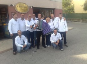 Gruppo della DAO davanti un ristorante di CASTELFIDARDO.